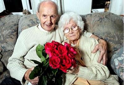 بريطاني يهدي زوجته زهور كل أسبوع منذ 70 عاماً - عجوز - عجوزان - عجائز - حب - old people in love