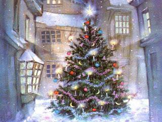 Arbol navideño afuera de la casa