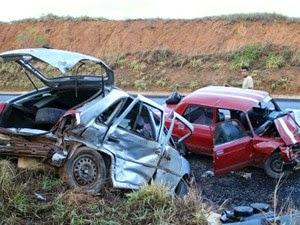 Batida entre dois carros na BR-354 deixa sete feridos em Bambuí