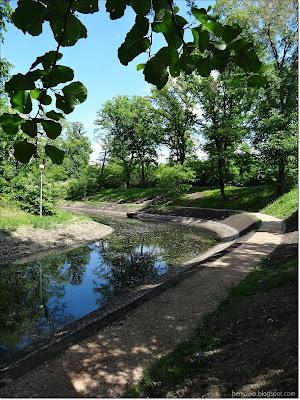 Fosa w parku w Forcie Bema