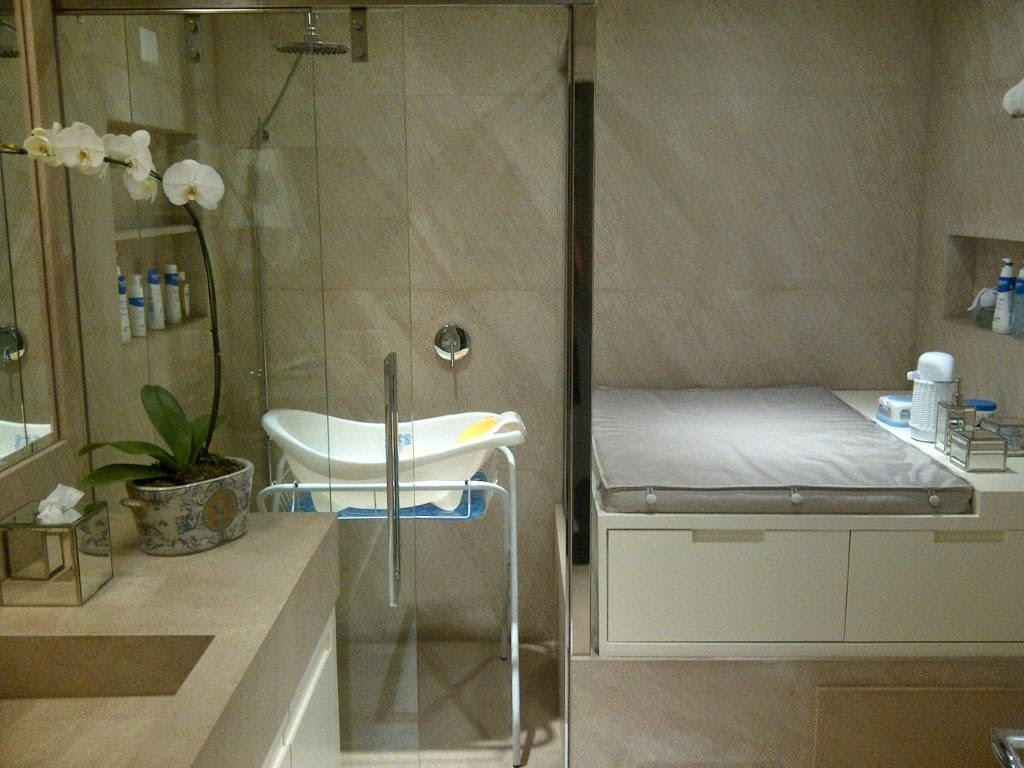 Banheiro de bebê com banheira de plástico dentro do box. Essa é uma  #5C4F30 1024x768 Banheiro Com Banheira E Box