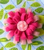 http://portaldemanualidades.blogspot.com.es/2013/09/flores-de-fieltro-para-decorar.html