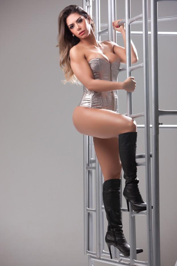 Graciella Carvalho de corpete em ensaio sensual