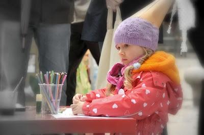 zabawy dzieciece malowanie krasnalowej czapeczki