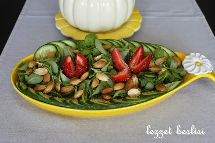çilekli bademli semizotu salatası