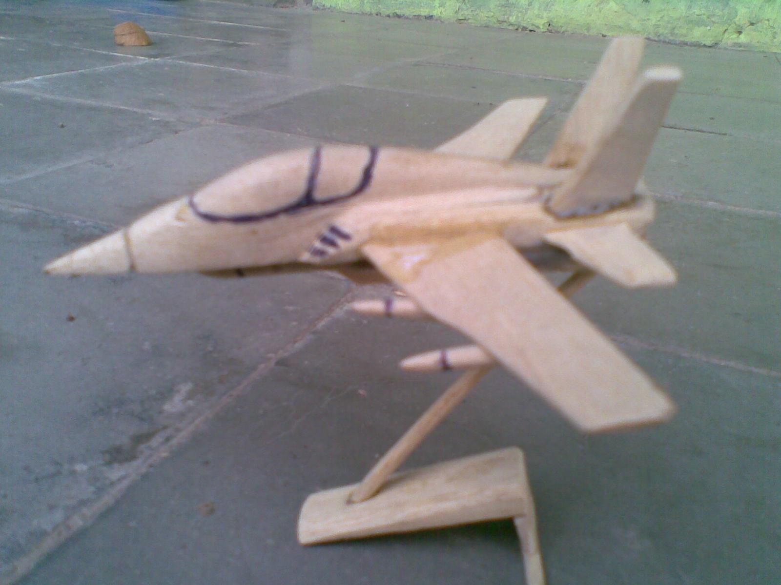Karya Merangkai Pesawat dari Kayu Mahoni