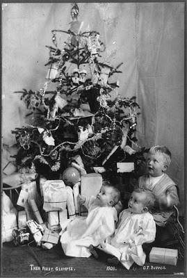 bambini e albero di natale