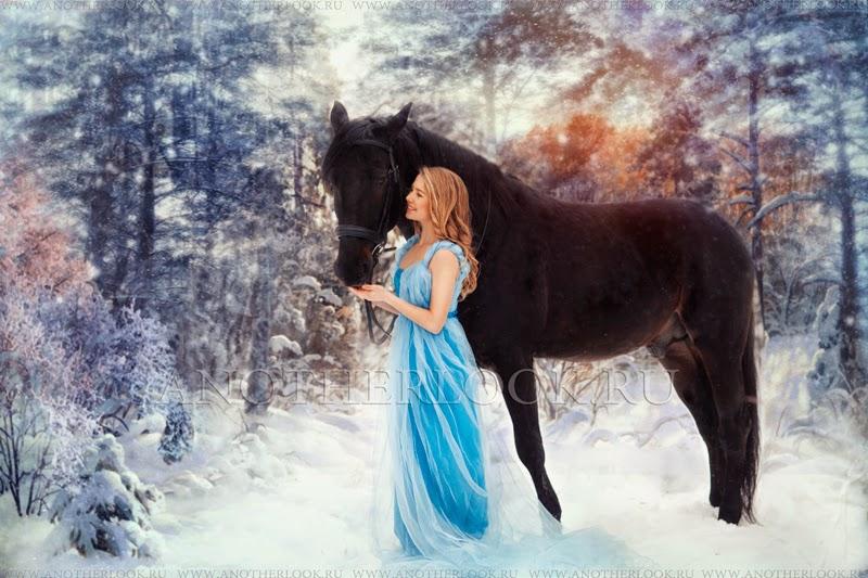 Фотосессия с лошадью зимой в лесу голубое платье
