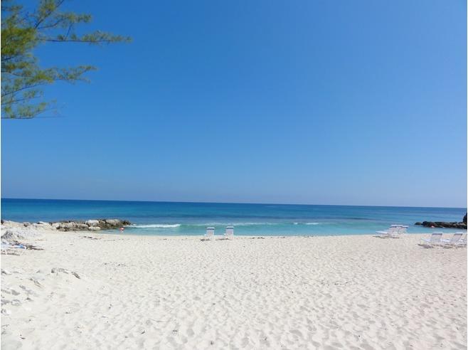 imagem da praia de areia branca e mar azul