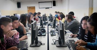 Alumnos en las computadoras