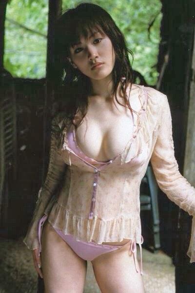 水着の上に可愛い服を着て首をかしげて見つめる綾瀬はるか