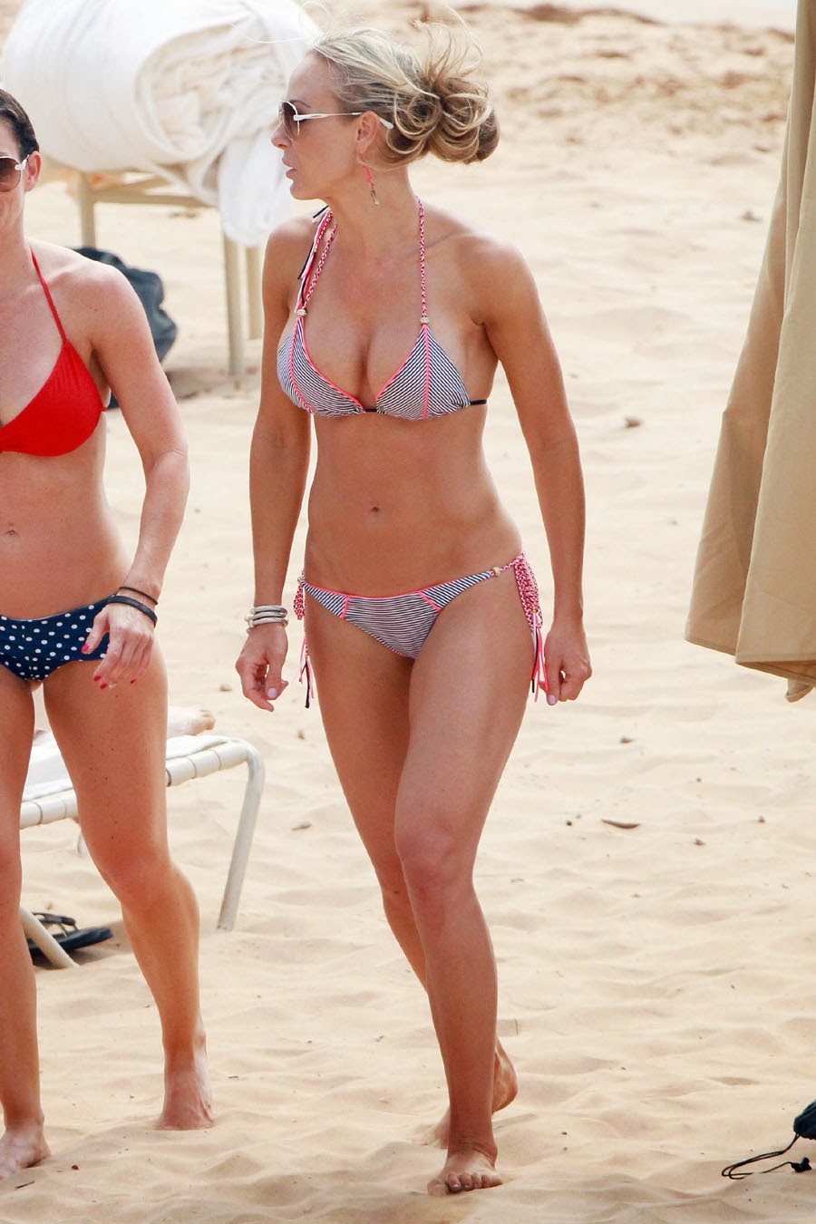 "Suzanne Quast shows off  ""Grey Bikini"" at the beach in Hawaii"