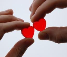 20 حقيقة عن الحب - قلوب حمراء - يد تمسك قلب