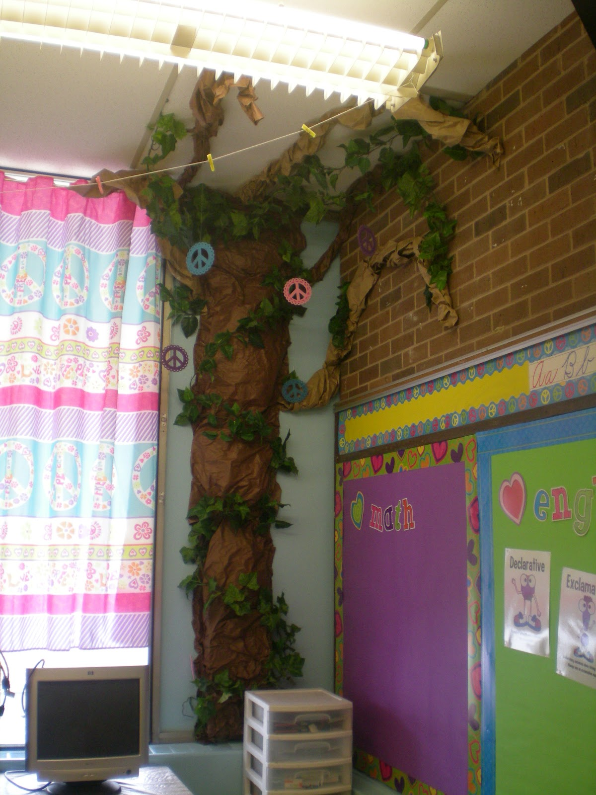 Classroom Decor Tree ~ Third grade love monday made it tons of freebies