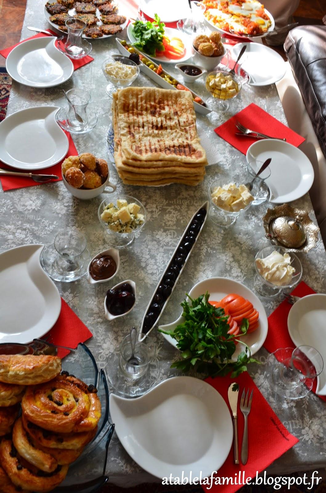 galette de pomme de terre repas en famille a table la famille. Black Bedroom Furniture Sets. Home Design Ideas