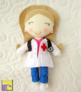 Boneca enfermeira em feltro