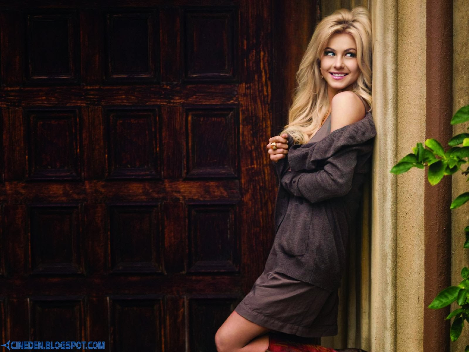 Julianne Hough looking for new house - CineDen
