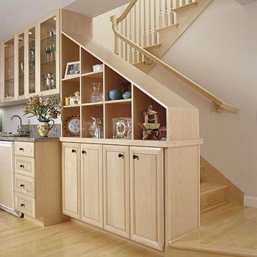 Дизайн лестницы на кухне