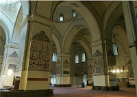 41 ayrı Hattat tarafından yazılmıştır; askılı ve sabit toplam 192 hat levhası bulunan cami bir nevi Hat Sanatları Müzesi gibidir.