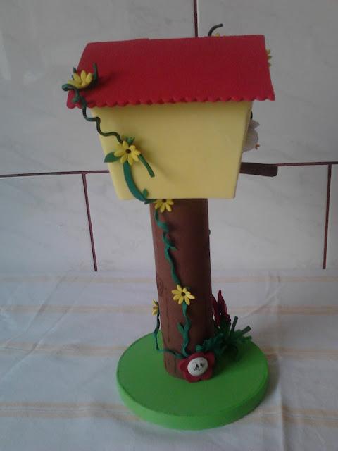 Cofre Casa de passarinho de plastico. Tronco e base feito com material reciclado:  rolo de papel toalha e 3 dvd.  Decorado com e.v.a plano e 3d.