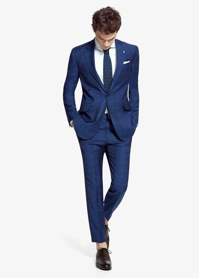 Ten en cuenta el color del traje. Unos zapatos negros combinarán mejor con un traje azul marino, gris (todos los tonos) o negro. Los zapatos de color marrón son más adecuados para acompañar a los trajes de colores tostados, pero también se pueden llevar con trajes de tonos azul marino o negro.