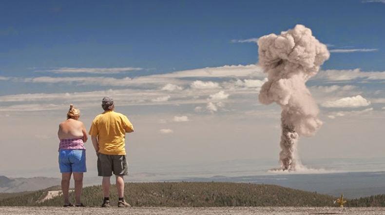 Contemplando la explosión atómica por Clay Lipsky