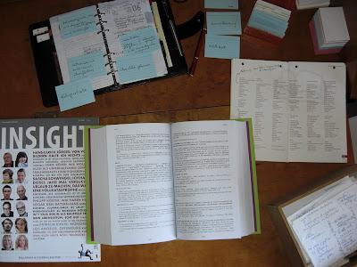 Draufsicht auf Schreibtisch mit Wörterbüchern, Lexiken und Vokabelkarteikarten