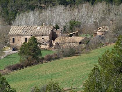 Vista de la masia de Malagarriga amb l'església romànica de Sant Jaume