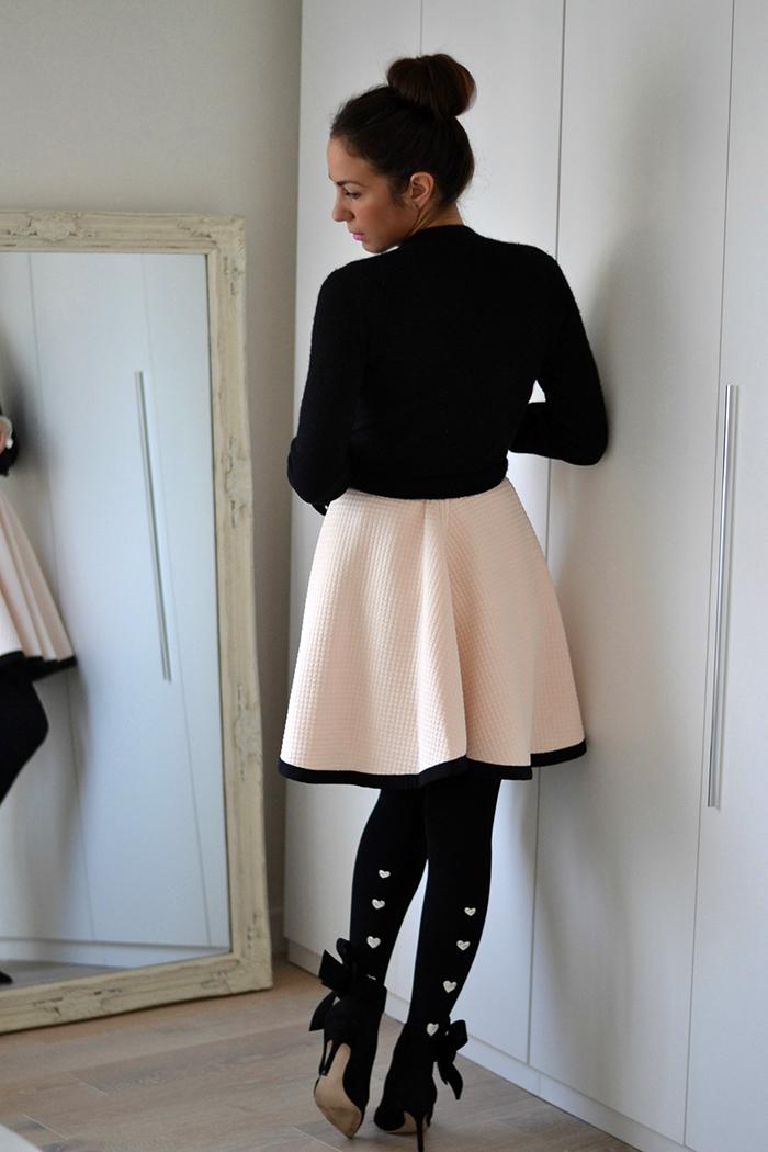 abito rosa accessori neri