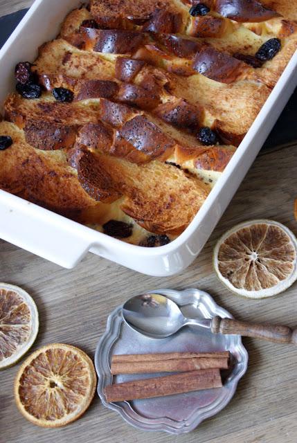 Pomysł na śniadanie, pudding chlebowy, brytyjskie śniadanie, pudding, wykorzystaj czerstwe pieczywo, do czego suche bulki, do czego pieczywo