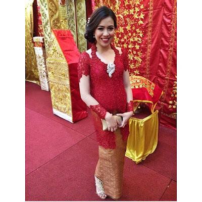 kebaya lengan panjang dengan stocking, warna merah rok baitk panjang