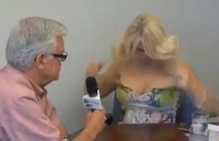 periodista rubia se saca el vestido y muestra las tetas
