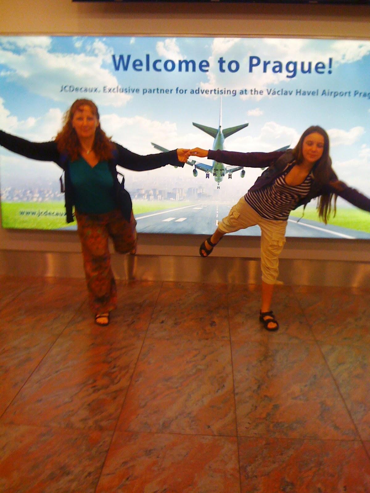 maminka se s dcerou drží za ruce před projekcí odlétajícího letadla a dělaj váhu na jedné noze