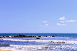 Panorama Pantai Pancur   Di saat kita baru tiba di Pantai Pancur maka kita akan disambut oleh hamparan pemandangan alam yang begitu cantik yang tersaji di depan mata kita. Pemandangan itu merupakan hasil dari kombinasi hamparan pasir pantai berwarna putih yang terbentang luas yang dihiasi oleh kumpulan lumut-lumut hijau yang tumbuh di bebatuan yang terdapat di bibir Pantai Pancur.  Dangan perpaduan pasir pantai dan juga tumbuhan lumut ini menjadi suatu lukisan alam karya Allah SWT. Tuhan yang maha kuasa yang terhampar bagitu indah di mata.