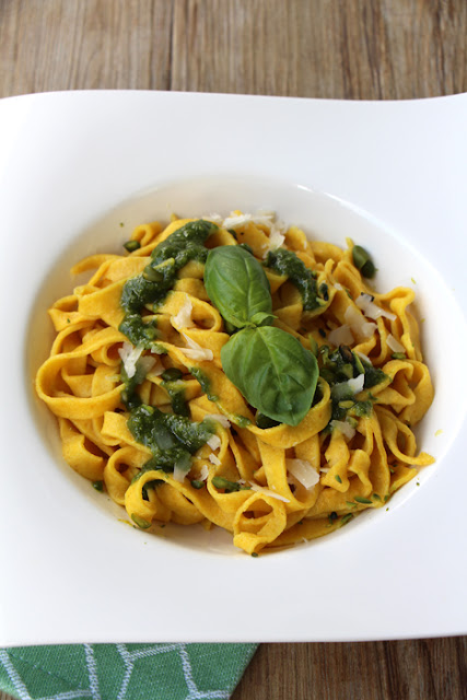 Safran Tagliatelle mit Pistazien-Pesto
