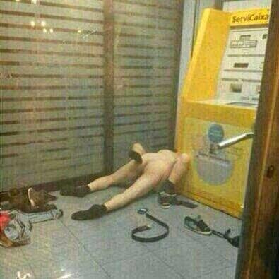 Casal espanhol faz sexo dentro do banco