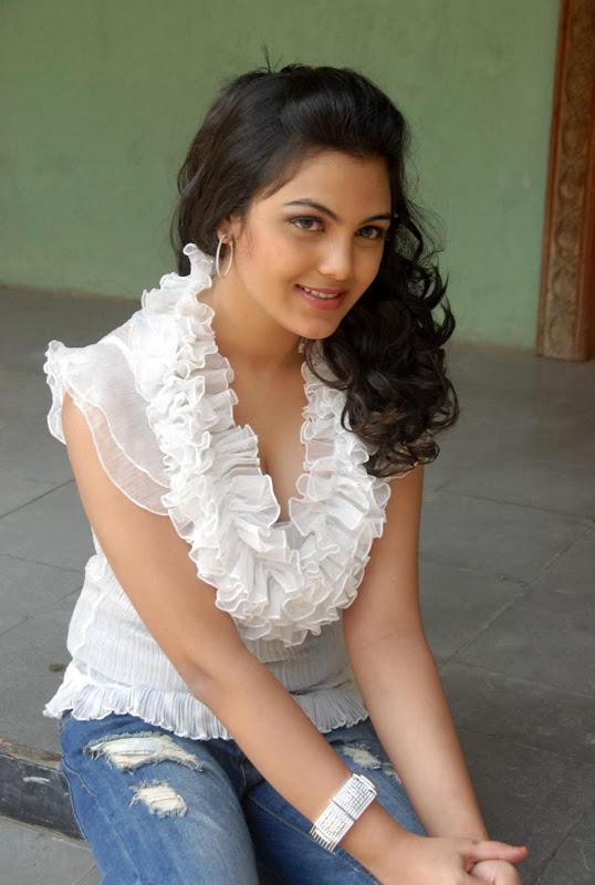 Actress Priyanka Tiwari New Hot Stills Photos navel show