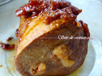Lagarto ao vinho recheado com bacon