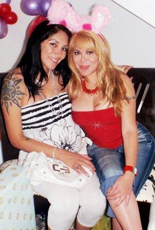 Desiree Acosta posando con una amiga