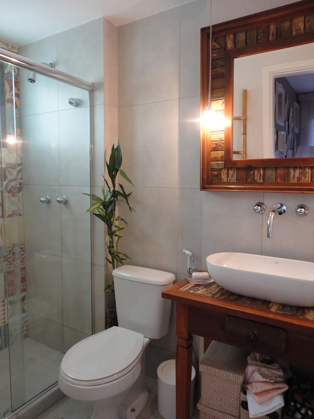 HELENA TORRES: REFORMA DE APARTAMENTO NA BARRA BANHEIRO RÚSTICO #9F562C 1200x1600 Banheiro Com Porcelanato Rustico