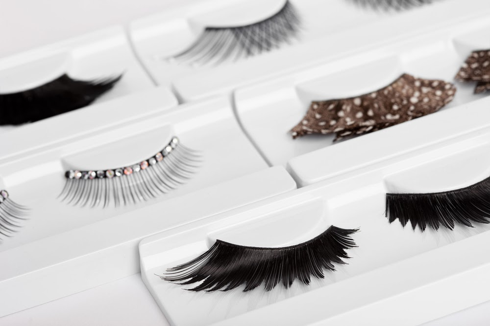 HAVE A POWERFUL LOOK WITH FALSE EYELASHES