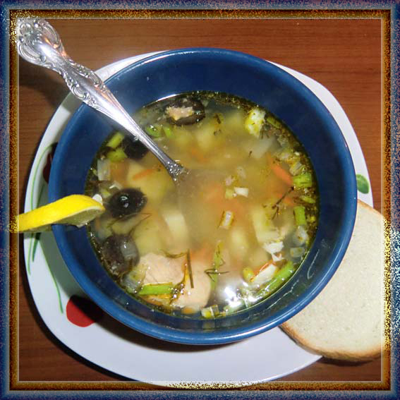 Супчик из консервированной горбуши с маслинами