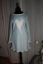 Lyseblå kjole i stretch chenille med hvit blonde og applikasjon