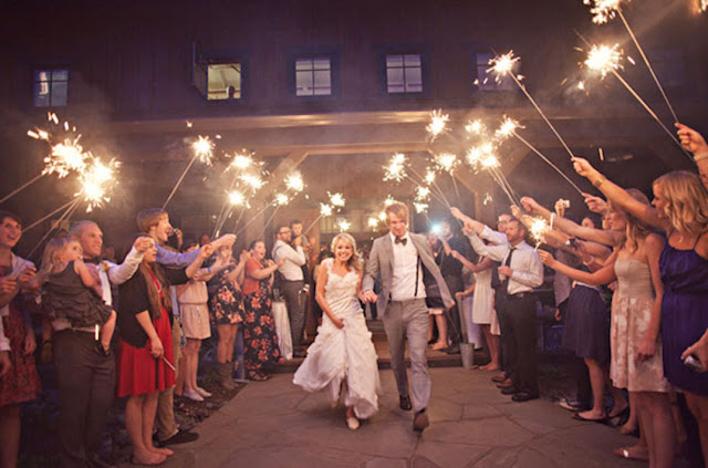 Pasillo de vengalas para la salida de tu boda - Foto: www.keestoneevents.com