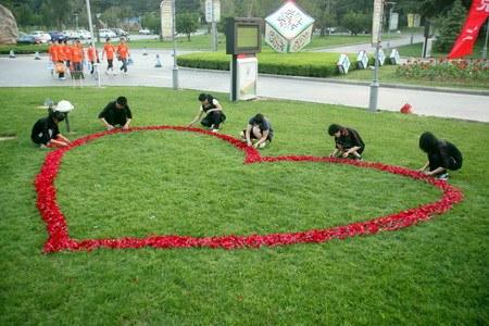 صيني يطلب يد صديقته بإستخدام 9999 ورده حمراء Marriage-proposal
