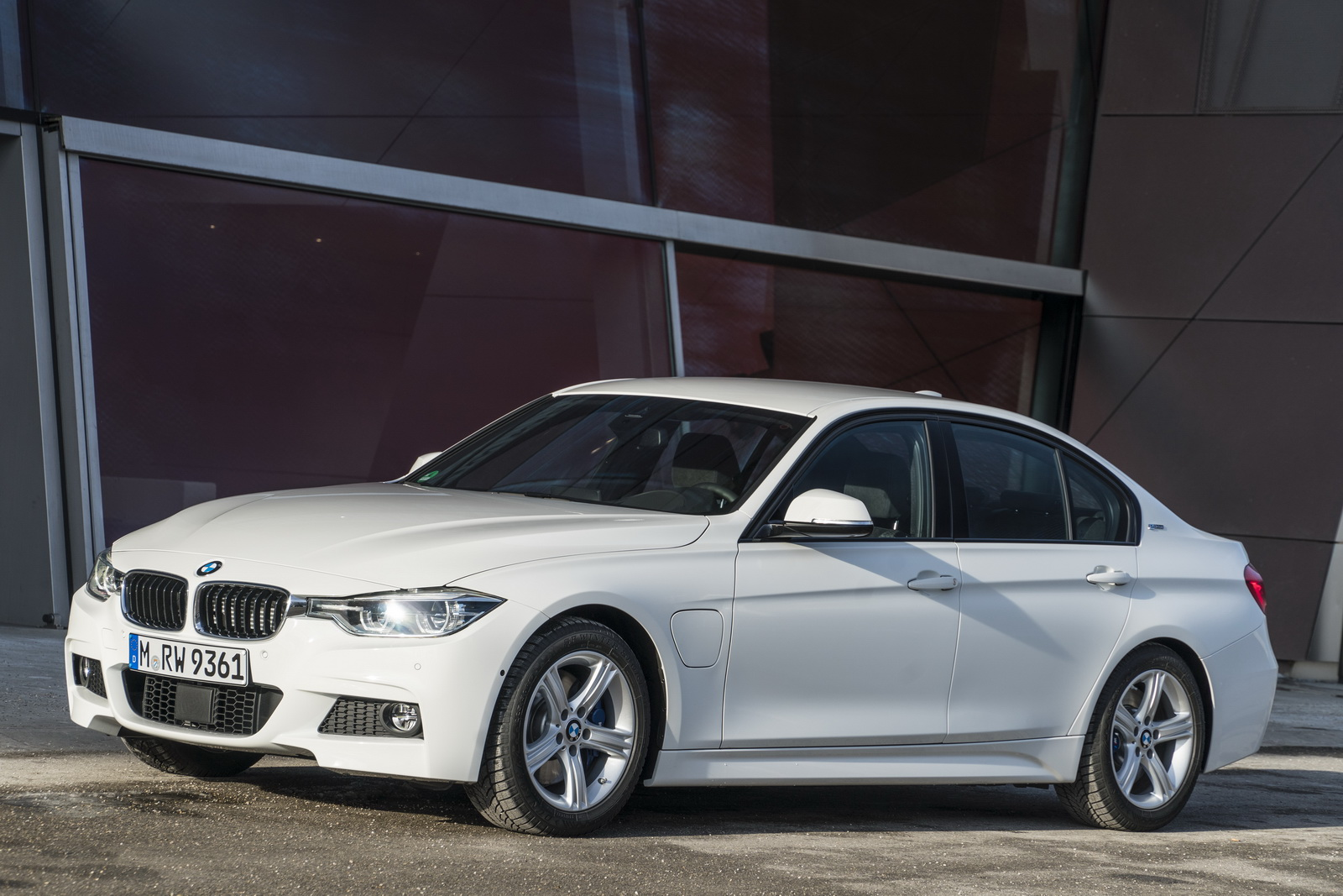 new bmw 330e iperformance phev priced from 44 695 but is it worth it over the 328i 328d. Black Bedroom Furniture Sets. Home Design Ideas