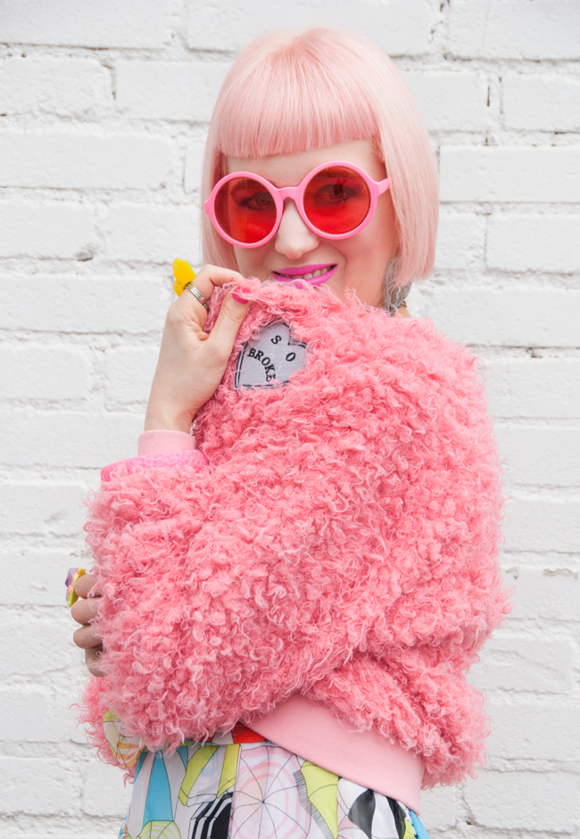round sunglasses, pink look, street style