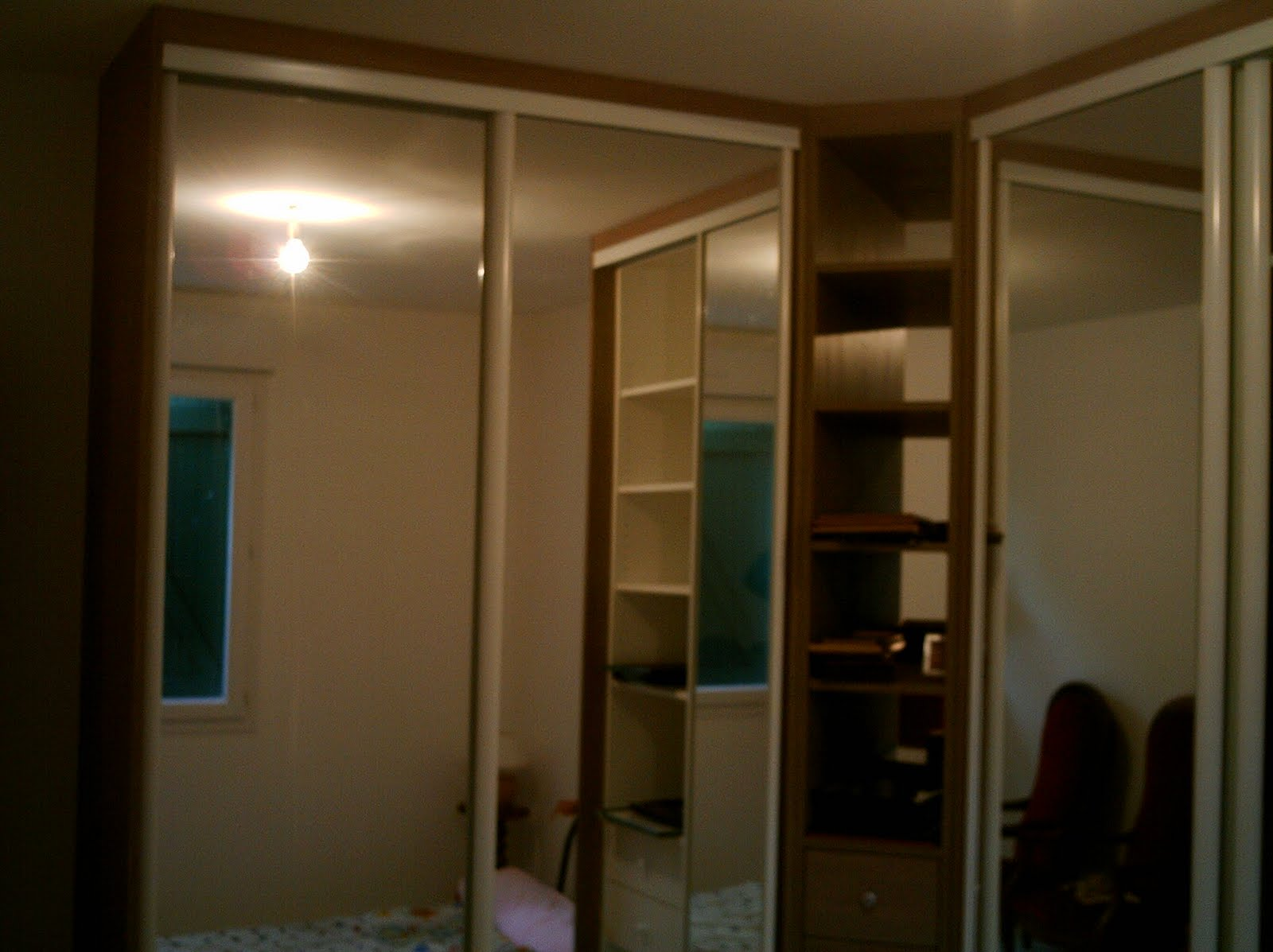 Fabrication dun placard de chambre avec portes coulissantes miroir.