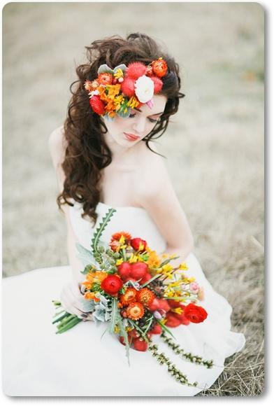 brudbukett eldigt, brudbukett varma färger, brudbukett röd orange, hårblommor bröllop