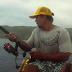 Esse pescador nunca mais vai esquecer o susto que acabou de levar